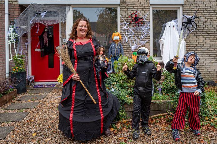 Angelique Schaap (links) met haar zoon Laurens (midden)  & Mette (buurjongen), voor hun Halloweenhuis, wat aankomende zaterdag door mensen als spookhuis te bezoeken is.