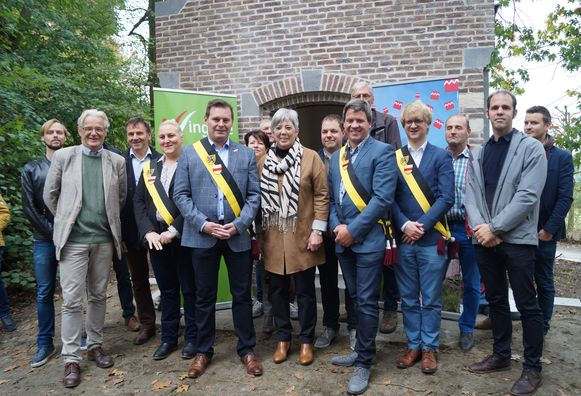 Vertegenwoordigers van de VLM en de gemeentebesturen van Ruiselede en Wingene openden samen de vernieuwde koortskapel.