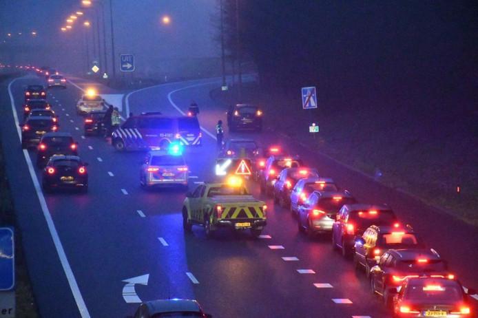 Ongeluk op de A35 zorgt voor file in de avondspits. Rijkswaterstaat leidt het verkeer voorbij het ongeluk.