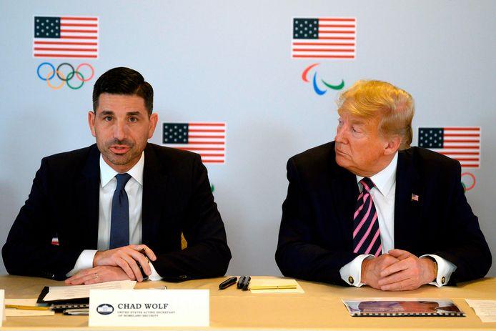 De waarnemend minister van Binnenlandse Veiligheid van de VS, Chad Wolf, en de Amerikaanse president Trump op archiefbeeld.