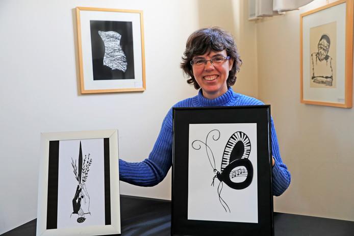 Atelma van Strien toont twee van haar werken.
