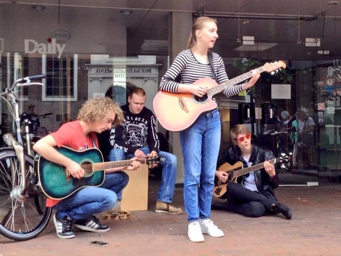 Noa Bambur trad met een drie muziekvrienden op in de Grotestraat