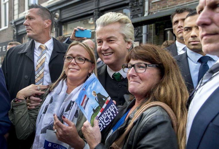 Geert Wilders op 'verzetstournee' in Purmerend. De PVV-leider gaat het land in voor fotomomentjes en flyeracties, roept op tot verzet tegen de komst van asielzoekerscentra en vertrekt weer. Beeld anp