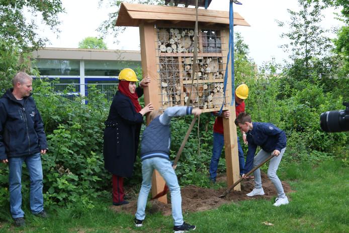 Wethouder Nadya Aboyaakoub (2de van links) opent het insectenhotel.