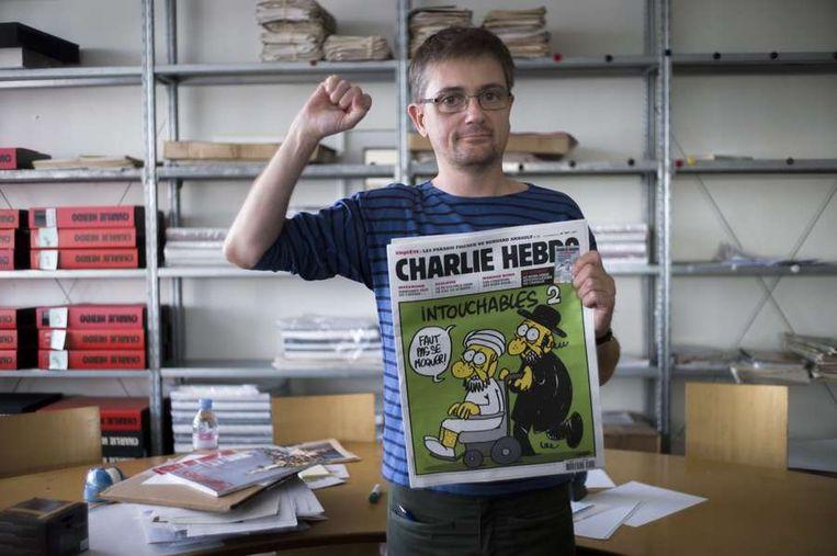 Hoofdredacteur Charb met het vandaag gepubliceerde nummer in de hand. Beeld afp