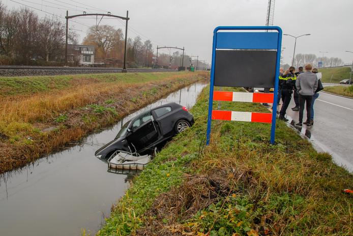 De auto belandde met de voorkant in de sloot.
