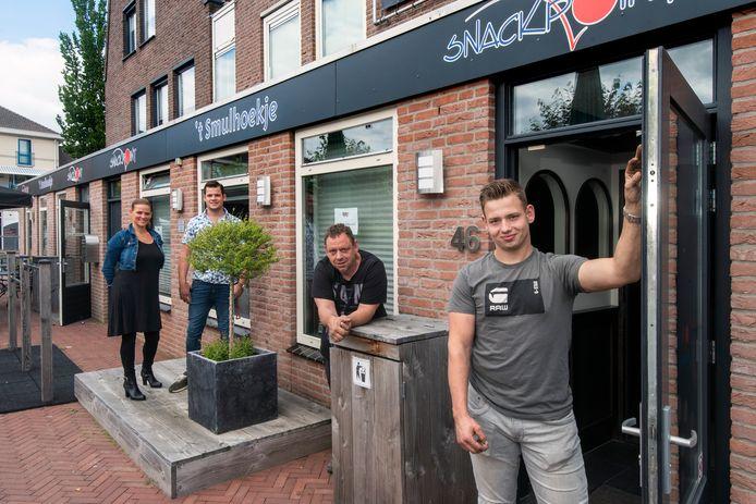 Bart van Stralen (rechts) voor de deuropening van zijn nieuwe horecazaak in Herveld. De jonge ondernemer wordt geflankeerd door zijn vader Arco van Stralen, Greet Van Stralen-Rijsemus en haar zoon Max (vanaf rechts).