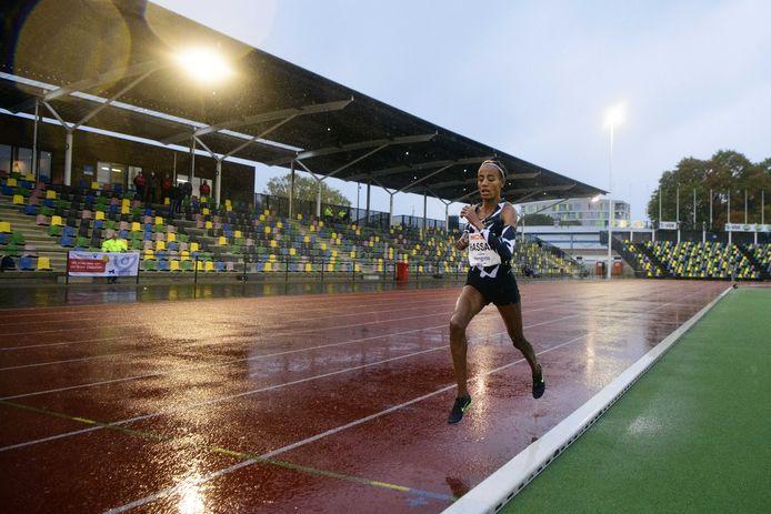 Sifan Hassan in het natte en gure Hengelo op weg naar een Europees record op de 10.000 meter.