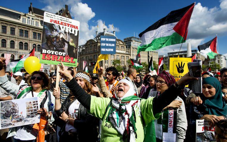 Een demonstrant roept leuzen tijdens een pro-Palestina-demonstratie op de Dam. Beeld anp