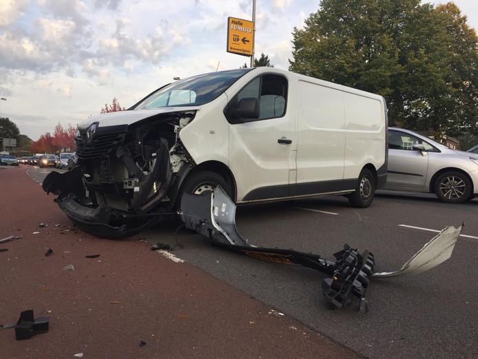 Twee auto's kwamen met elkaar in botsing op de gewraakte kruising Oldenzaalsestraat/Schouwinkstraat.