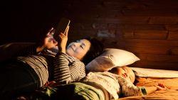 Zorgt scrollen op apps ervoor dat je 's nachts wakker ligt? Zo stop je