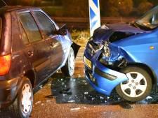 Stevige botsing tussen twee auto's in Boskoop, één gewonde