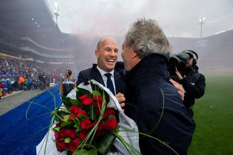 Michel Preud'homme met bloemen voor Philippe Clement voor aftrap van Genk - Standard.
