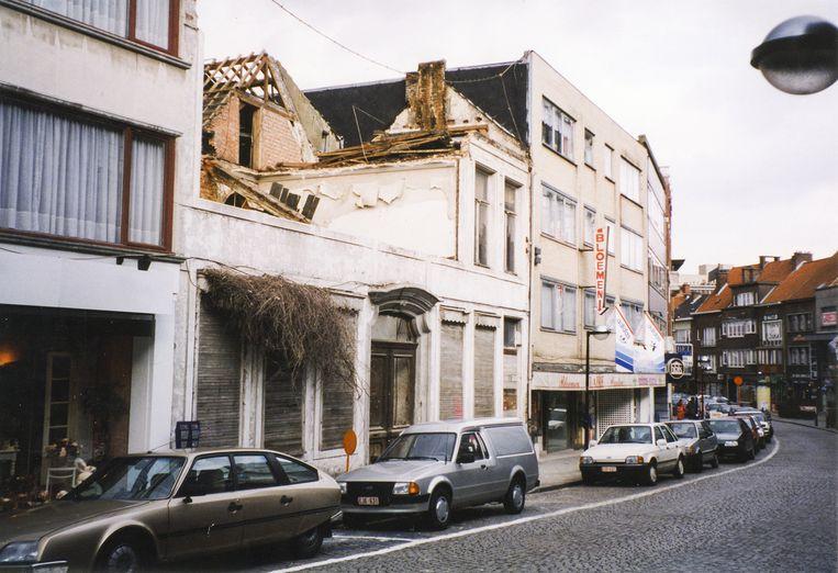 Het huis van notaris De Vis in de Molenstraat in verloederde staat.