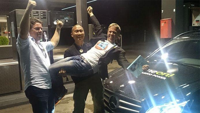 Gunnar Garfors, Tay-young Pak en Øyvind Djupvik op het moment dat ze hun wereldrecord hebben gevestigd.
