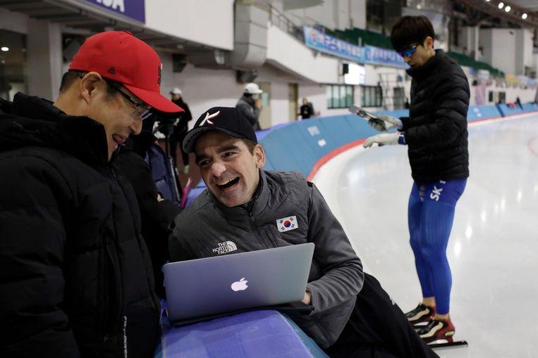 In 2010 zagen miljoenen Koreanen hoe 'Bab' de Koreaanse schaatser Lee op de schouders nam. 'Daardoor hebben de mensen bij de bond me misschien wel extra gevolgd.' Beeld Woohae Cho