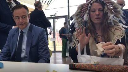 Ook deze indiaan neemt het op tegen Bart De Wever