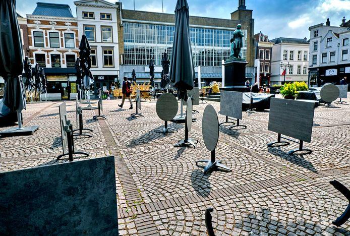 De terrassen op het Scheffersplein worden nu nog niet gebruikt, maar vanaf 1 juni waarschijnlijk wel.