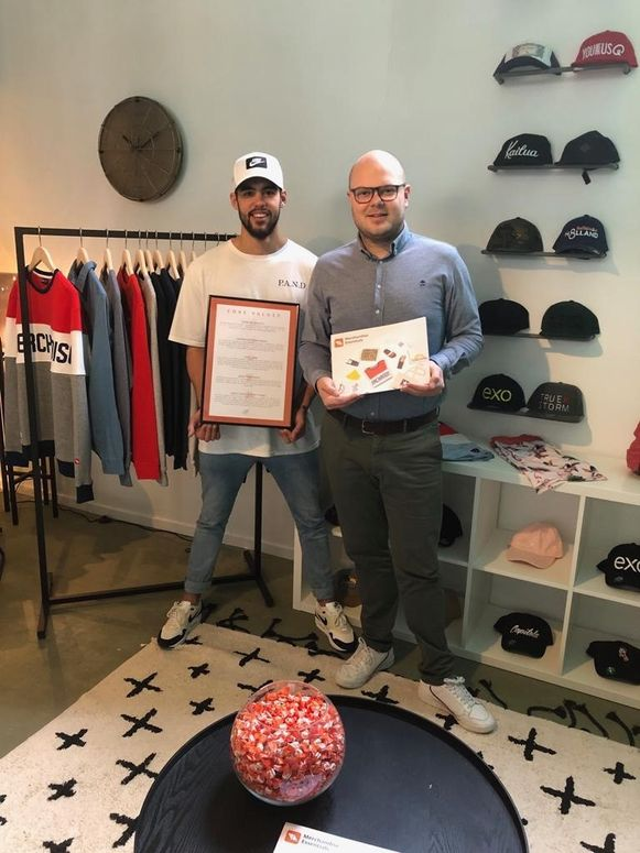 Manager Niels Lukaszczyk en zaakvoerder Steven Callens in het nieuwe Nederlandse kantoor van Merchandise Essentials.