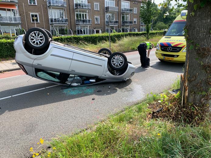Door het ongeluk kwam de auto van de bestuurster op de kop te liggen.