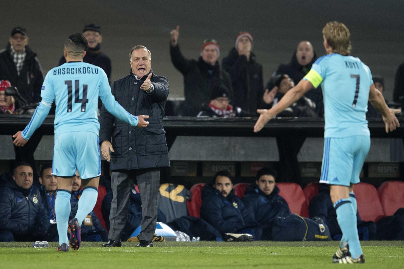 Dick Advocaat als coach van Fenerbahce in discussie met de Feyenoorders Bilal Basacikoglu en Dirk Kuyt.