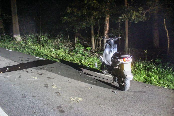Een van de scooters raakte bij het ongeval op de Lochemseweg in Warnsveld flink beschadigd.