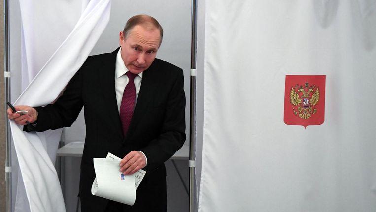 Vladimir Poetin brengt zijn stem uit in Moskou. Beeld epa