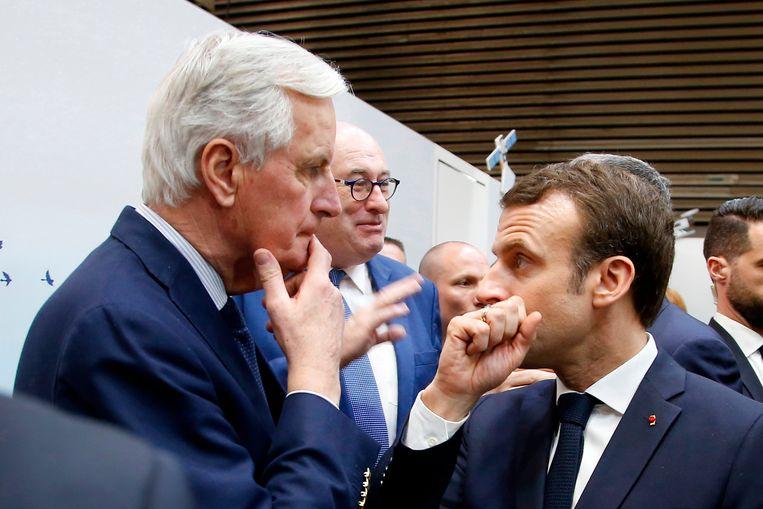 Emmanuel Macron (R) met de Europese hoofdonderhandelaar Michel Barnier.