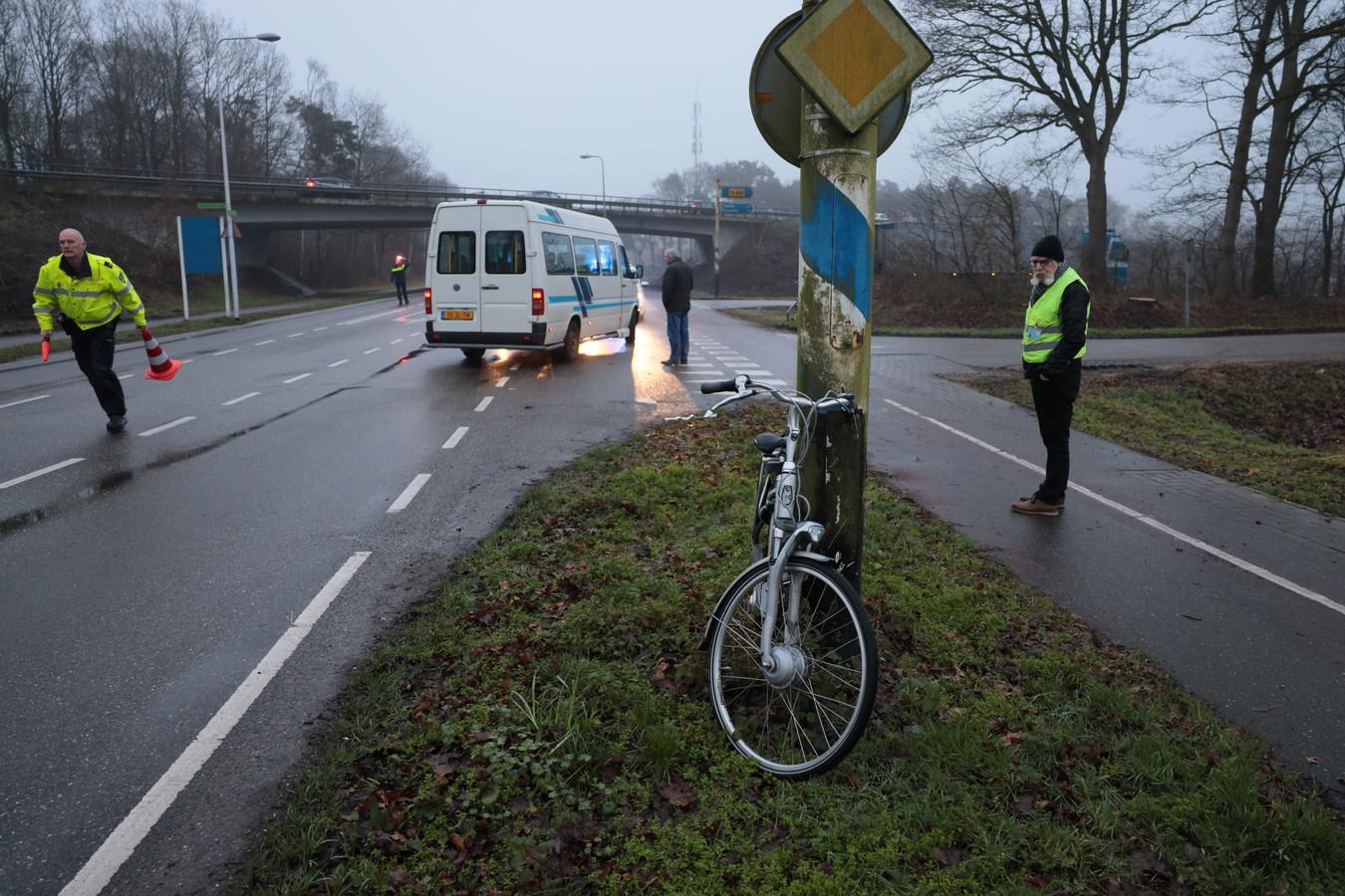 Hulpdiensten zetten de plek af waar het ongeval plaatsvond.