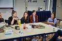 Klasgenoten van de verongelukte Arianne Klerk uit Nieuw-Lekkerland praten over het verlies van hun klasgenote. Op de achtergrond staat een foto van Arianne.