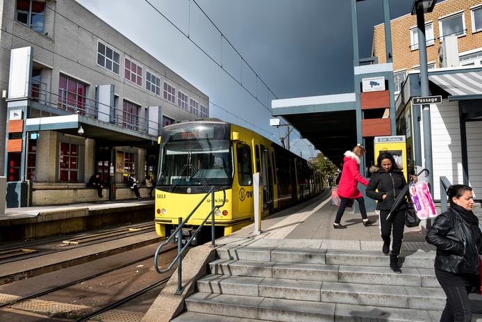 De halte Nieuwegein-Stadscentrum moet over twee jaar wijken voor een nieuw en modern ov-knooppunt. Links het oude Komgebouw, dat gesloopt wordt om plaats te maken voor een nieuw 'ontvangstplein'.