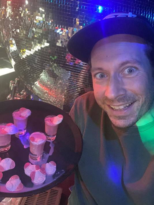 Café-eigenaar Patrick Nijenhuis met de drankjes.