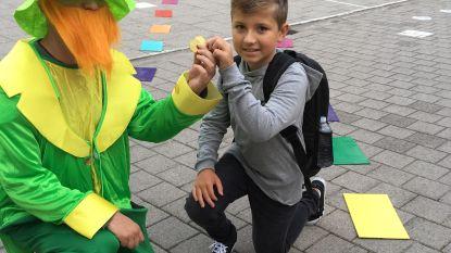 Leerkrachten De Regenboog starten met toneeltje op eerste schooldag