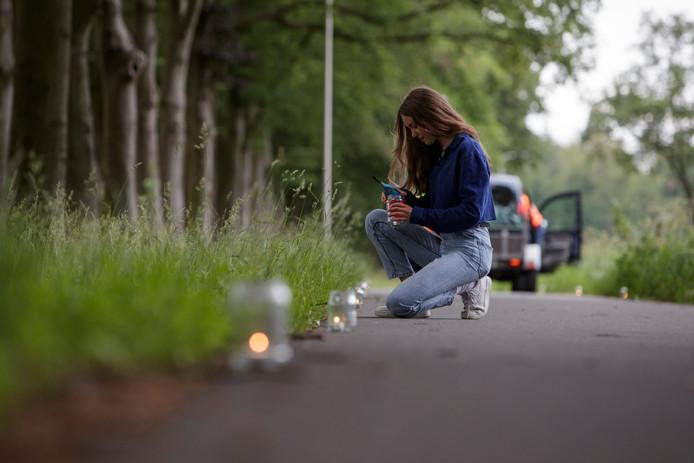 Jasmien de Wit (14) maakt samen met haar hulptroepen een keten van waxinelichtjes om de deelnemers aan de Roparun op weg naar Zutphen te ondersteunen.