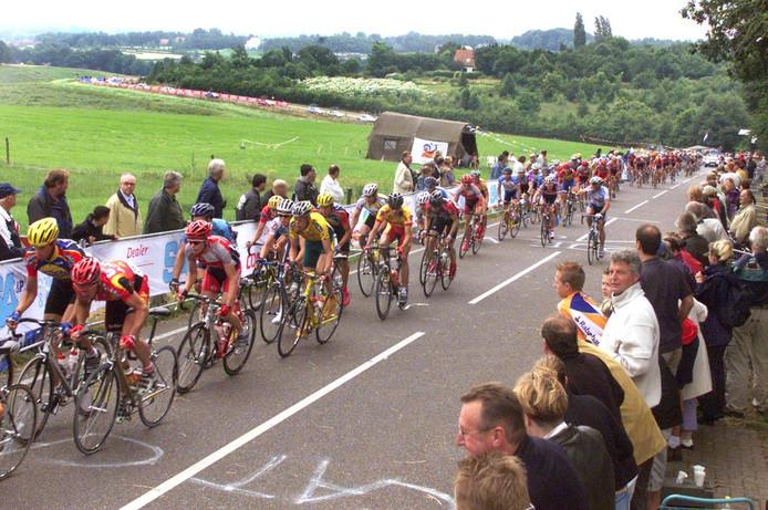 Het peloton raast over de Zevenheuvelenweg tijdens het NK wielrennen in 2002, toen Nijmegen start- en finishplaats was.