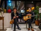 """Muzikaal duo gaat op tournee langs leegstaande cafés: """"Veredelde vorm van bezigheidstherapie"""""""