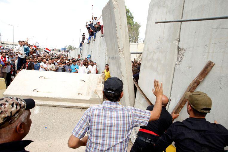 Op 30 april bestormden Iraakse burgers de muren van de enclave. Beeld REUTERS