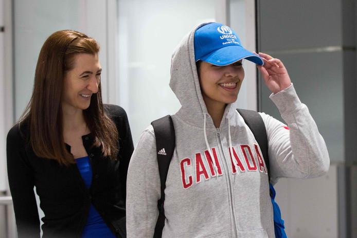 Rahaf Mohammed al-Qunun (rechts) arriveert op het vliegveld van Toronto.