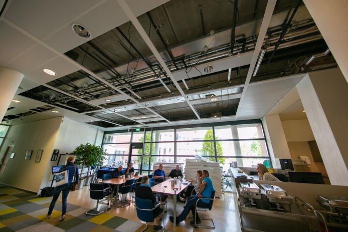 Een aantal plafondplaten van het stadhuis in Kampen zijn in augustus 2018 naar beneden gevallen. Gemeente Kampen heeft de afgelopen dagen alle plafondplaten weg laten halen op de begane grond. Daarmee is de veiligheid van de publieksruimtes gegarandeerd, zegt burgemeester Bort Koelewijn.