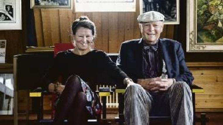 'Hoofdsuppoost' Henk en 'directrice' Erna Plenter in een vleugel van hun Museums voor Glaskunst, Grafiek en Valse kunst. (REYER BOXEM) Beeld