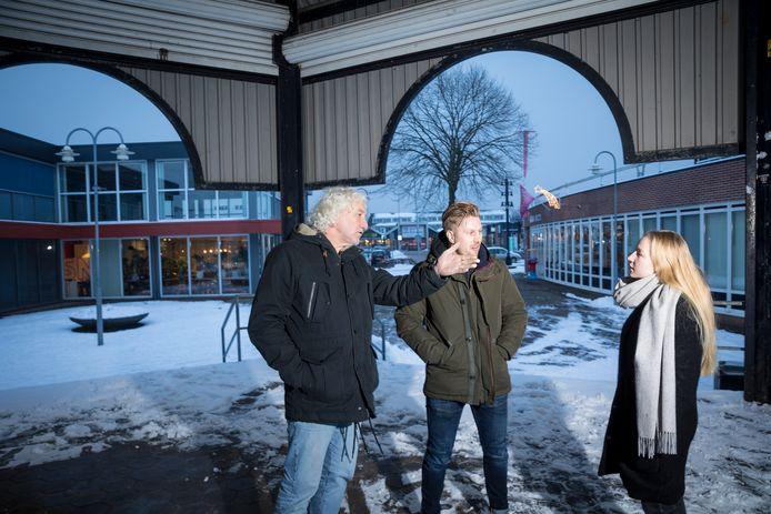 Lambert Jongetjes (links): In Wezep heb je verder niet zoveel plekken waar het zo gezellig is. Midden staat Daan Jongeling en rechts Rineke Uitslag.