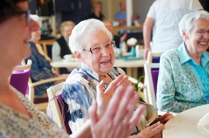 Zuster Marie Theresia Bos (midden) vierde haar eeuwfeest deze dinsdag in het moederhuis van de Franciscanessen in Veghel.