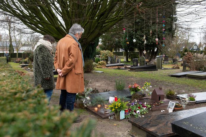 Oosterhout - Frans en Elsbeth bij de graven van hun geliefden in Oosterhout.