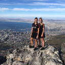 Jeugdvriendinnen Lieke Martens en Kika van Es op de Tafelberg in Kaapstad.