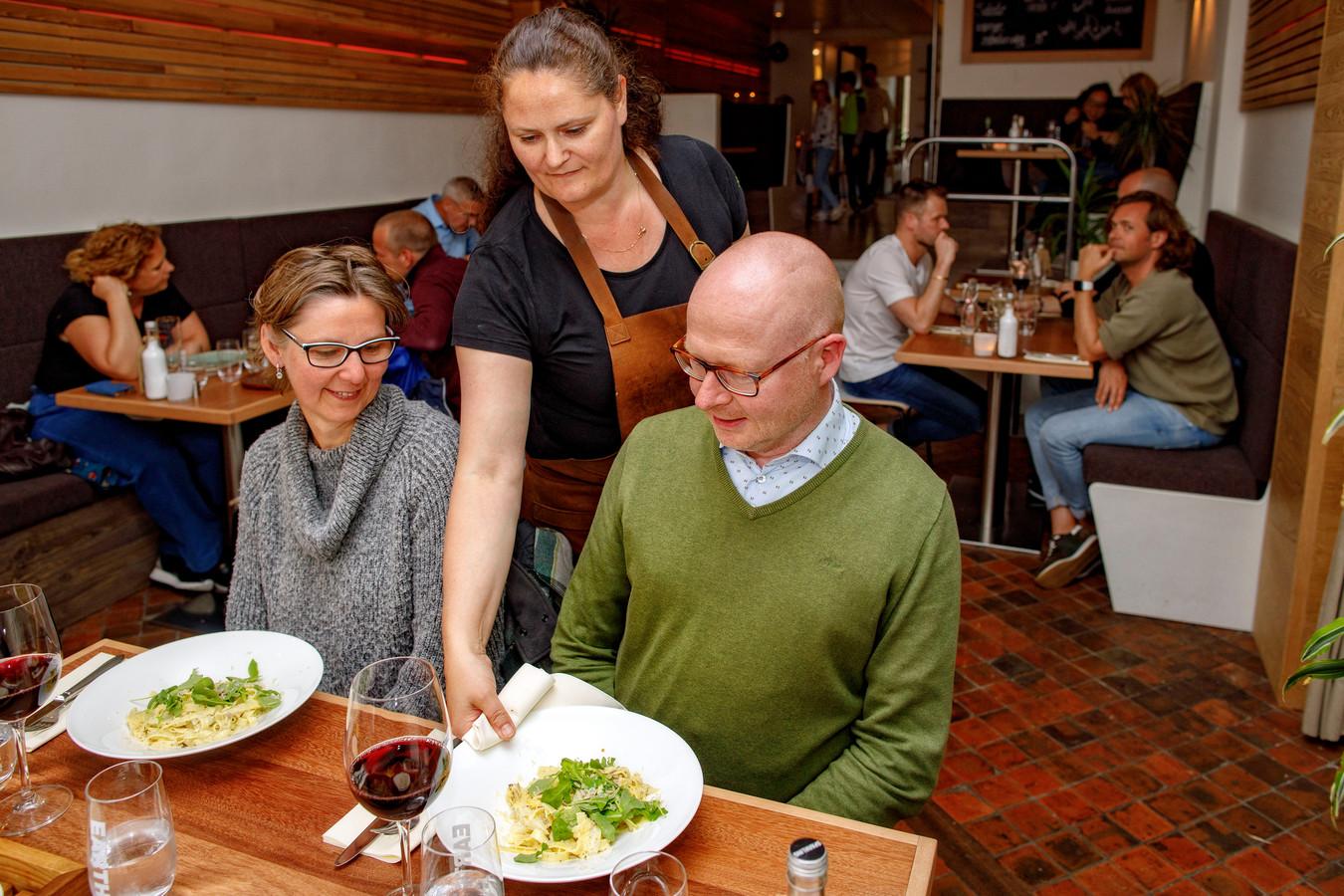 Bij Aarde, in de Verwersstraat in Den Bosch, zie je wat je eet en proef je dat de ingrediënten vers zijn.