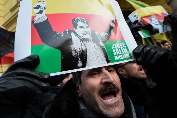 Aanhangers van Saleh Muslim vieren zijn vrijlating voor het gerechtsgebouw in Praag