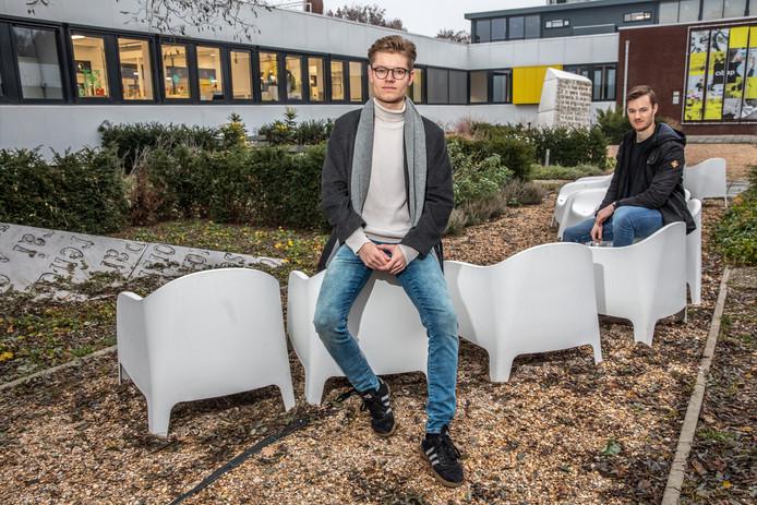 Voorzitter Wouter Wolfkamp (voorgrond) en bestuurslid Ids Heij van de nieuwe studentenvereniging voor de creatieve sector in Zwolle.