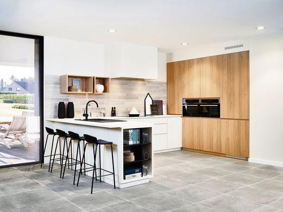 Onderbreek het moderne, strakke aspect van je witte keukenkasten met een volledig houten kastwand.