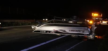 Aanhanger met boot belandt op de kop op A73 na botsing