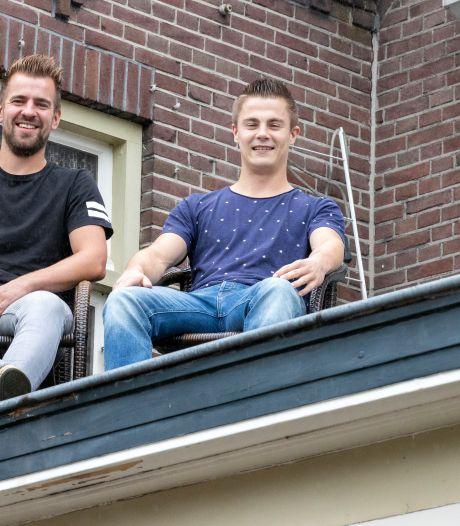 Hein en Niek willen elf dagen blijven zitten op het dak van dit café: 'Als we maar niet gaan slaapwandelen'